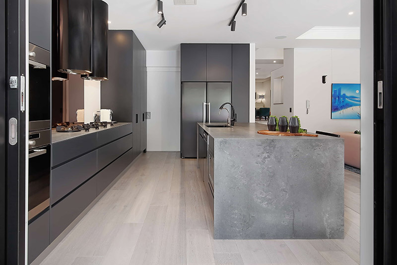 Фото столешницы для острова из агломерата Caesarstone 4033 Rugged Concrete в интерьере