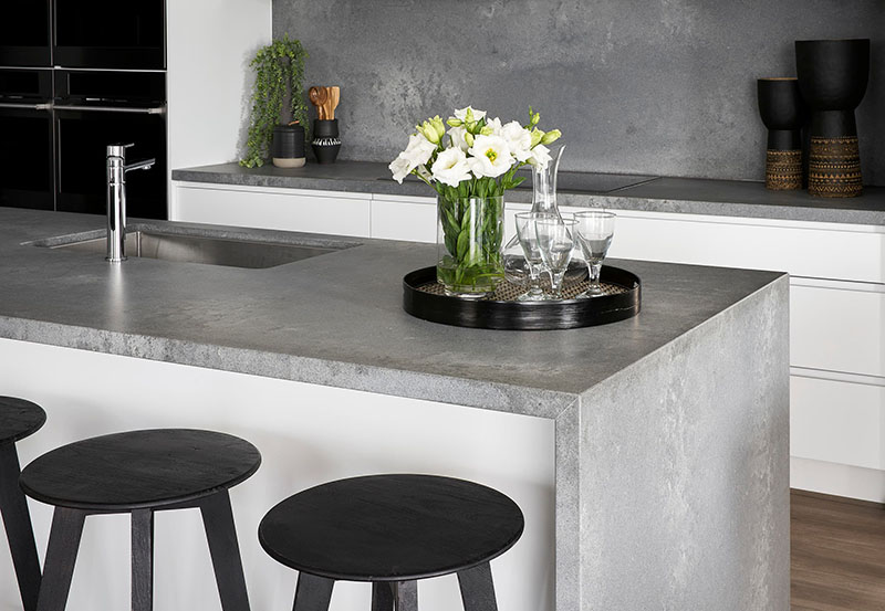 Фотография столешниц из кварца Caesarstone 4033 Rugged Concrete в интерьере